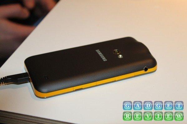 Samsung Galaxy Beam achterkant sideways